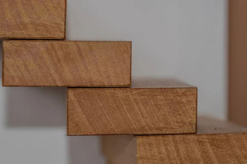 Dřevěné schodiště vás může inspirovat k vyšším životním cílům