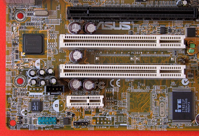 PCI sloty na základní desce.jpg