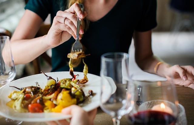 talíř s jídlem