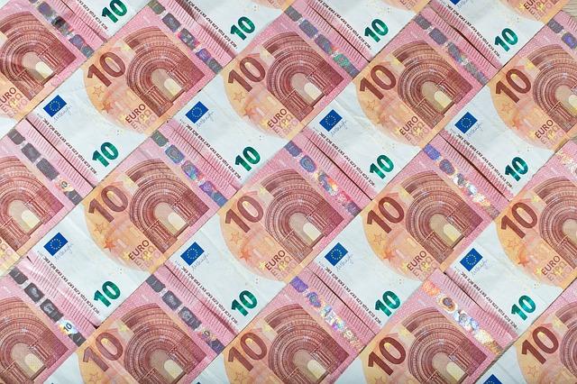 tapeta z desetieurových bankovek