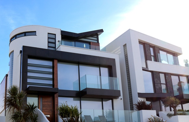 prosklený dům