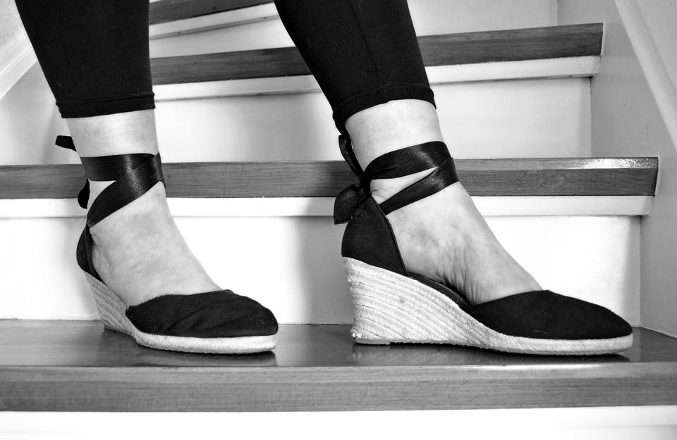 nohy na schodech